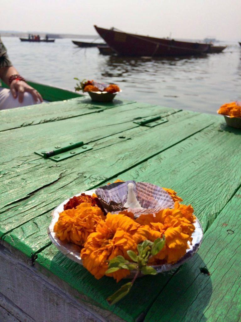 oranje noemen offer op een groene boot in India